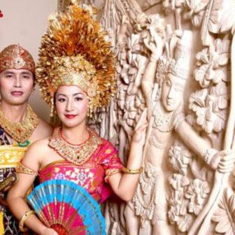 バリ島民族衣装の写真撮影のカップル