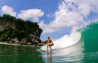 サーフィンのトリップで波に乗る女性