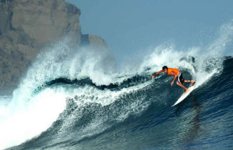 サーフィンで大きな波に乗る男性