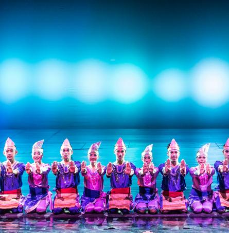 バリヌサドゥアシアターのデブダンショーのサマンダンス