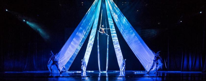 バリヌサドゥアシアター・デブダンショーの空中ダンス