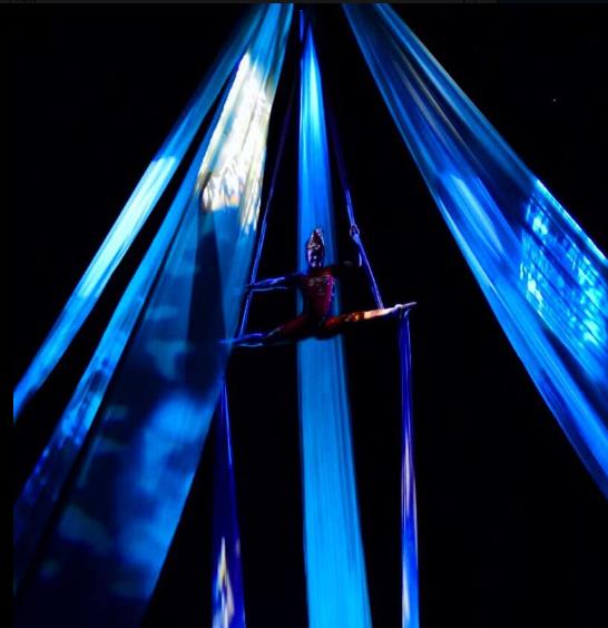 バリヌサドゥアシアターのデブダンショーの空中ダンス