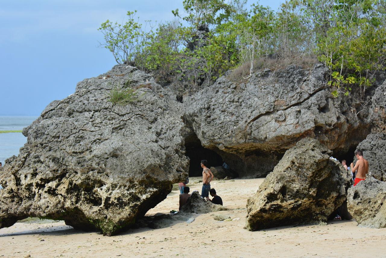 ビーチの巨石