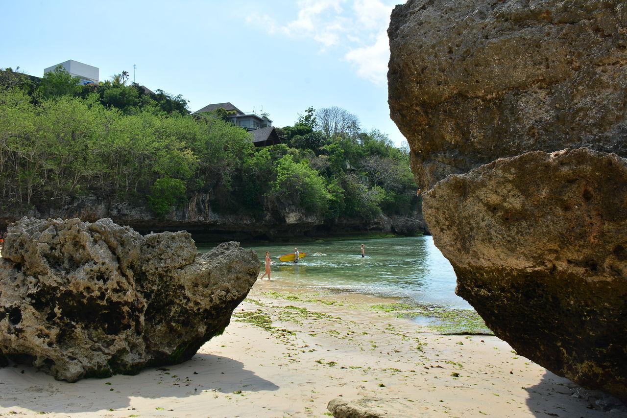 ビーチの巨石2個