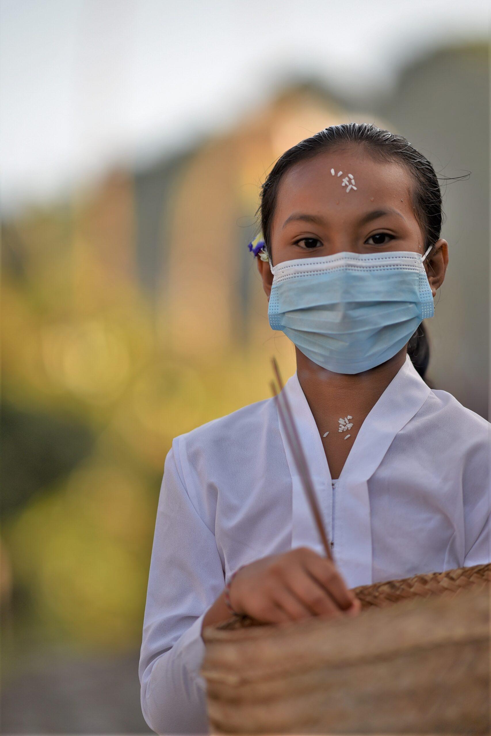 マスクをする少女