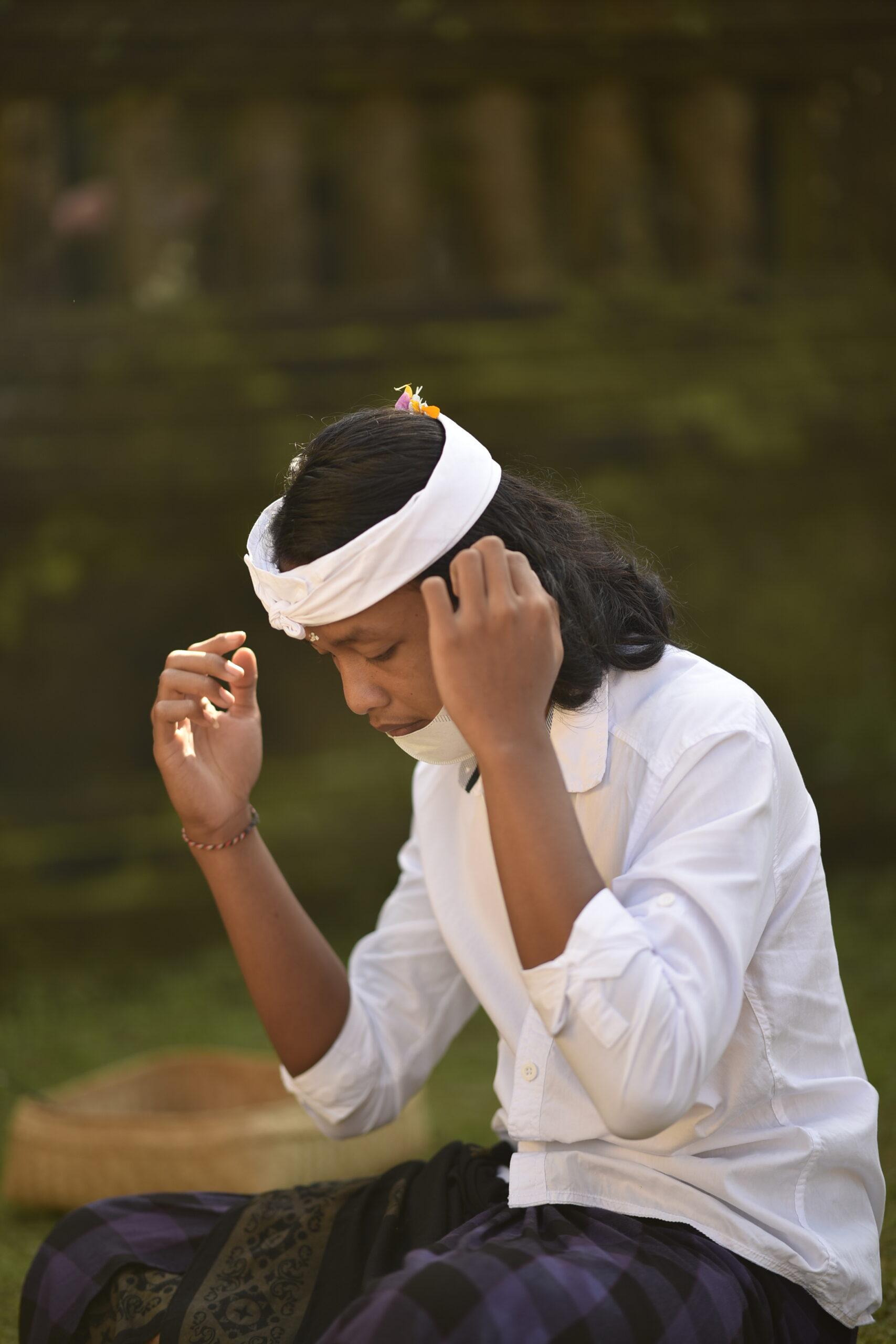 お寺でのお祈りする青年